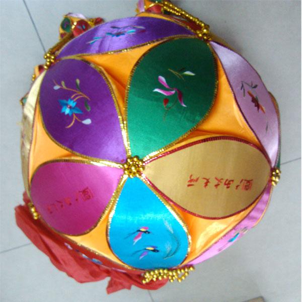 这枚定制的广西绣球由靖西民间工艺大师手工绣制,5片一花,单片规格
